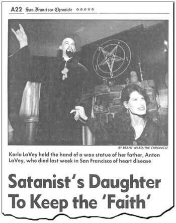 Foto mostrando estátua do satanista Anton LaVey e sua filha em um artigo em um jornal