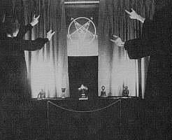 Satanistas adorando o diabo representado pela sua estrela.