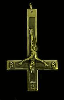 Observe os cabelos do falso Cristo caindo pra baixo na cruz investida, e o 666 número da besta.