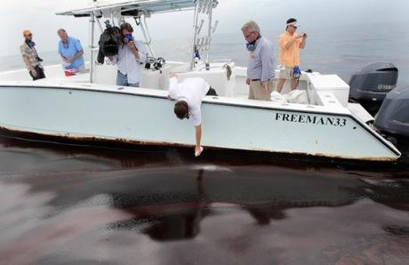 O mar parece sangue coagulado.