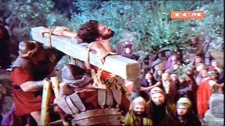 """Ladrão sendo morto numa cruz primitiva em forma de """"T""""."""