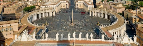 Basílica de São Pedro de frente ao calderião circundado por incontáveis imagens de santos.