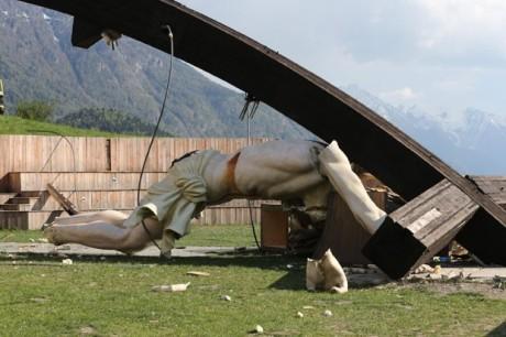 Crucifixo cai e mata jovem na Italia